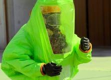 Osoba z żółtym ochronnym kostiumem, świecenie unikać liczyć Obraz Royalty Free