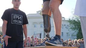 Osoba z protetycznymi nóg podwyżkami elewacja w tle tłum ludzie zdjęcie wideo