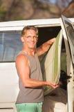 Osoba z Surfboard w Van Zdjęcie Stock