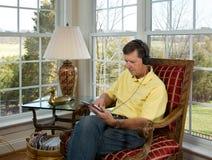 osoba z wyżu demograficznego komputerowa czytania pastylka Zdjęcia Royalty Free