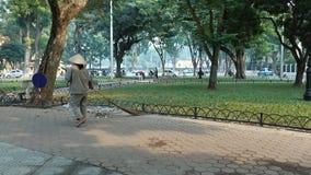 Osoba zamiata ulicy Hanoi zbiory