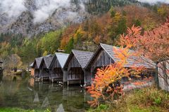 Osobiści boathouses w Obertraun miasteczku podczas jesieni przyprawiają z kolorowym liściem i mgłą Obraz Stock
