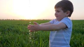 Osobista higiena szczęśliwy dzieciak outdoors w lato zmierzchu i wiele wodnych kropelkach zbiory wideo