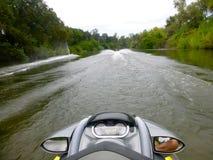 Osobista Watercraft jazda na królewiątkach Rzecznych zdjęcie stock
