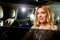 Osobistości para przyjeżdża w limo, fotografującym paparazzi Obrazy Stock