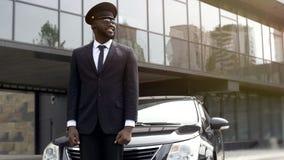 Osobisty kierowcy czekanie dla przyjazdu szef przy lotniskiem, przeniesienie usługa fotografia royalty free