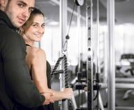 Osobisty sprawność fizyczna trener z jego klientem w gym zdjęcia stock