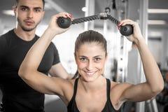 Osobisty sprawność fizyczna trener z jego klientem w gym obrazy royalty free