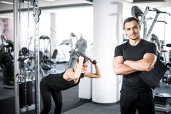 Osobisty sprawność fizyczna trener z jego klientem w gym zdjęcie royalty free