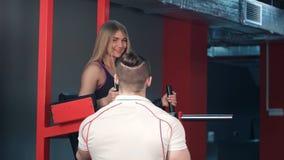 Osobisty trener pracuje z żeńskim klientem w gym Obraz Stock