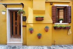 Osobliwie koloru żółtego dom w Burano wyspie, Wenecja, Włochy Obraz Stock