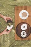 Osoby łasowania donuts z kawą Fotografia Stock