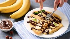 Osoby łasowania krepy faszerowali z banana i czekolady rozszerzaniem się zdjęcie wideo