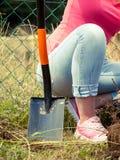 Osoby głębienia dziura w ogródzie zdjęcia stock