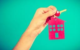 Osoby mienia klucze z breloczkiem w domowym kształcie Zdjęcie Royalty Free