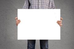Osoby mienia pusty biały sztandar z kopii przestrzenią Fotografia Royalty Free