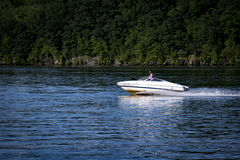 Osoby napędowa motorowa łódź na hudsonie Zdjęcie Royalty Free