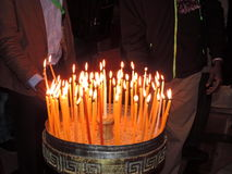 Osoby oświetleniowa świeczka w kościół Święty Sepulchre, Jerozolima Obraz Stock