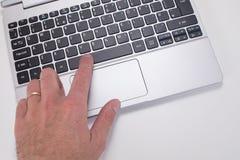 Osoby odciskania przestrzeni guzik na laptop klawiaturze obrazy royalty free