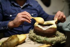 Osoby otwarcia chleba talerz obrazy royalty free