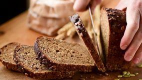 Osoby przecinania żyta chleb używać nóż zdjęcie wideo