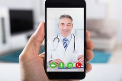 Osoby Wideo konferencja Z lekarką Na Smartphone zdjęcia stock