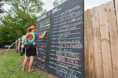 Osoby Writing na listy życzeń Chalkboard Fotografia Stock