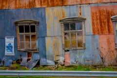 OSORNO, O CHILE, SETEMBRO, 23, 2018: Ideia exterior da construção oxidada velha parcial destruída localizado no porto de Octay foto de stock royalty free