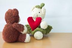 Osos de los pares y corazón del amor el día de tarjetas del día de San Valentín Fotografía de archivo libre de regalías