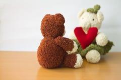 Osos de los pares y corazón del amor el día de tarjetas del día de San Valentín Imágenes de archivo libres de regalías