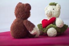 Osos de los pares y corazón del amor el día de tarjetas del día de San Valentín Imagen de archivo