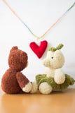 Osos de los pares y corazón del amor el día de tarjetas del día de San Valentín Fotos de archivo