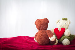 Osos de los pares y corazón del amor el día de tarjetas del día de San Valentín Foto de archivo