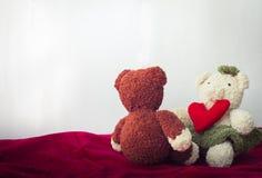 Osos de los pares y corazón del amor el día de tarjetas del día de San Valentín Fotografía de archivo