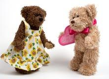 Osos de peluche de los pares con el corazón. Día de tarjeta del día de San Valentín Imagen de archivo libre de regalías
