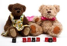 Osos de peluche de los pares con el corazón. Día de tarjeta del día de San Valentín Imagenes de archivo