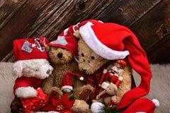 Osos de peluche de la Navidad con los juguetes viejos imagen de archivo