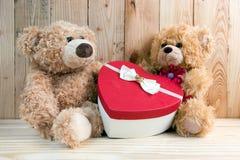 Osos del juguete de los pares con la caja del corazón Imagenes de archivo