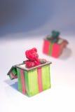 Osos del peluche de la Navidad en rectángulos de regalo Imagenes de archivo