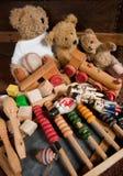 Osos del peluche y juguetes viejos Imagenes de archivo