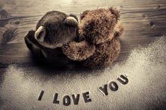 Osos en el abrazo del amor - día de tarjetas del día de San Valentín Imagen de archivo libre de regalías