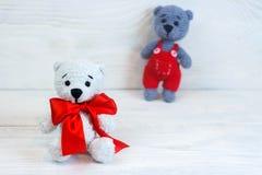 osos hechos punto, juguete hecho punto, amigurumi, en el fondo de madera blanco fotos de archivo