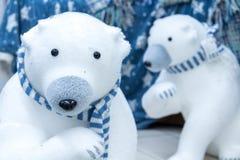 Osos polares en bufandas azules Juguetes suaves de la Navidad foto de archivo