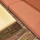 Łososiowa kolor kanapa i drewniany stolik do kawy Zdjęcia Stock