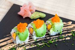 Łososiowy i mangowy Uramaki z avocado. Zdjęcia Royalty Free