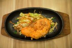 Łososiowy stek na rozgrzewkowej tacy Obraz Royalty Free