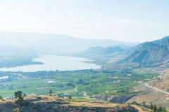 Osoyoos和Osoyoos湖看法从无政府主义者山在夏天 免版税库存图片