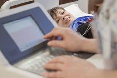 Ospedale felice paziente del monitoraggio di cuore Fotografie Stock Libere da Diritti