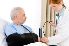 Ospedale - paziente di pressione sanguigna dell'assegno del medico Fotografie Stock