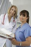 Ospedale senior del dottore And Nurse In fotografia stock libera da diritti